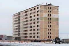 Övergivet höghus i Norilsk Royaltyfria Bilder