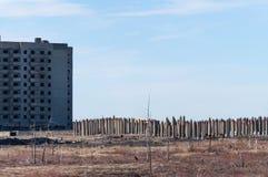 Övergivet höghus i Norilsk Arkivbild