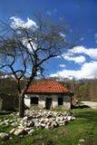Övergivet hus i bergen Royaltyfria Bilder