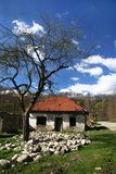 Övergivet hus i bergen Royaltyfri Foto