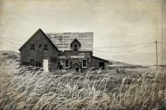 Övergivet hus i ett fält Arkivbilder