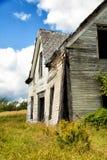 Övergivet hus i ett fält Royaltyfri Fotografi