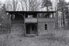 Övergivet hus i skogen Arkivfoton
