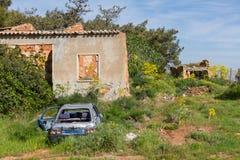 Övergivet hus och bil i den Diorios byn i Cypern Arkivfoton