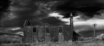 Övergivet hus och stormig himmel Fotografering för Bildbyråer