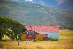 Övergivet hus på den norr Island foothillen Royaltyfri Bild