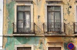 övergivet hus portugal Arkivbild