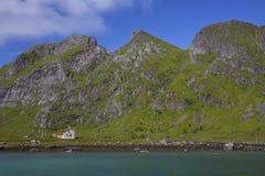 Övergivet hus vid fjorden Arkivfoton
