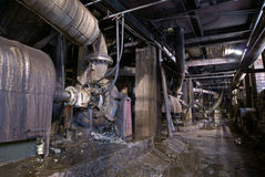 övergivet industriellt gammalt rostigt för fabrik Royaltyfri Bild