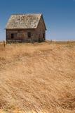 övergivet lantbrukarhem arkivbild