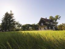 övergivet lantgårdhus arkivbild