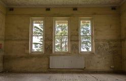 övergivet spökat hus Arkivfoton