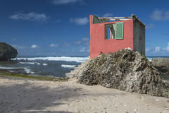 Övergivet strandhus Bathsheba Barbados Arkivfoto