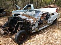 Övergivna bilar: stulen motor Arkivfoton