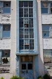 övergivna brutna byggande fönster för främre sikt Arkivfoton