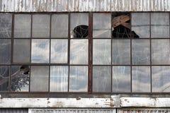 övergivna brutna byggande fabriksfönster Royaltyfri Bild