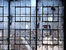 övergivna brutna fabriksfönster Arkivbild