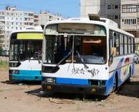övergivna bussar Arkivbild