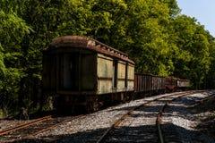 Övergivna drevbilar - övergiven järnväg i Kentucky Arkivbild
