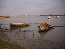 Övergivna fartyg på kanten av en flod Arkivfoto