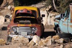 övergivna gammala uppsamlingslastbilar Royaltyfria Bilder