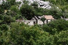 övergivna hus Arkivfoto