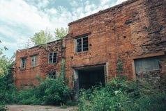 Övergivna industriella byggnader Förstört bilseminarium Arkivfoton