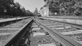 Övergivna järnvägar i en gammal fabrik Royaltyfri Foto