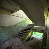 övergivna komplicerade trappuppgångar Arkivfoton