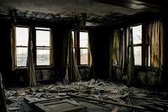 Övergivna kontor med Windows & gardiner - nationell höjdpunktfabrik - Cleveland, Ohio Royaltyfria Foton