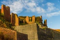 Övergivna murverk på Porthgain Royaltyfri Bild