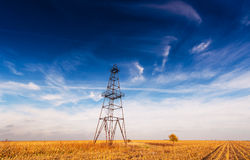 Övergivna oljeplattform- och aftonskyoklarheter Fotografering för Bildbyråer