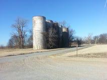 övergivna silos Arkivbilder