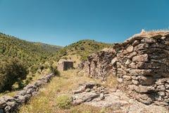 Övergivna stenlantgårdbyggnader i den Balagne regionen av Korsika Arkivfoto