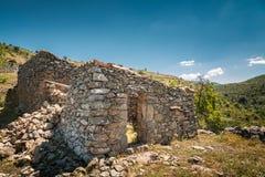 Övergivna stenlantgårdbyggnader i den Balagne regionen av Korsika Royaltyfri Foto