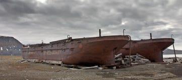 Övergivna tankfartyg på seashoren av Svalbard Arkivfoton