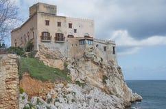 Sicily slott som överhäng havet Arkivfoto