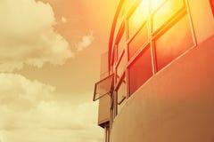 Överhettning för varmt väder som ÄR UV från solskydd med kontorsbyggnad royaltyfria bilder