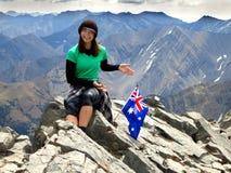 Överkant Australien för berg för flickafotvandraretoppmöte Arkivfoto