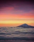 Överkant av berget bland ett hav av dimma Royaltyfria Foton