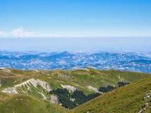 Överkant av berget i sommar Royaltyfria Bilder