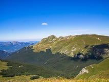 Överkant av berget i sommar Arkivfoto