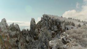 Överkant av berget under snö och blå himmel skjutit Vinterpanorama av berget Bästa sikt av den höga kullen under himlen arkivfilmer