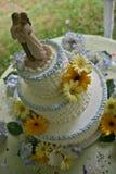 Överkant av bröllopstårtan och pardansen Royaltyfri Bild