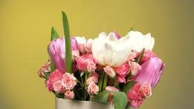 Överkant av bukettblomman med rosor och tulpan, på guling, rotation lager videofilmer