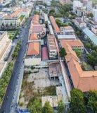 Överkant av byggnad och gatan i den Ho Chi Minh staden Arkivbild