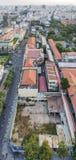 Överkant av byggnad och gatan i den Ho Chi Minh staden Royaltyfri Bild