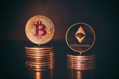 Överkant av Cryptocurrency mynt Bitcoin och Ethereum på brun mörk wood bakgrund royaltyfri foto