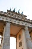 Överkant av den Brandenburg porten med quadrigaen på solnedgången i Berlin, Tyskland Arkivbilder