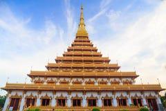 Överkant av den guld- pagoden på den thailändska templet, Khon Kaen Thailand Fotografering för Bildbyråer